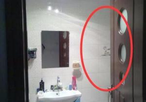 mo hay dong cua nha ve sinh 300x211 - Nên hay không nên đóng cửa phòng tắm? Vì sao nhiều người lại làm sai mà không biết.